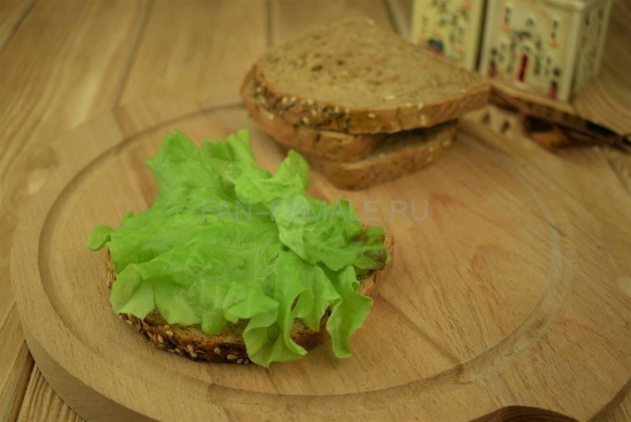 Приготовление сэндвичей из зернового хлеба с тунцом, черри, салатом, майонезом шаг 2