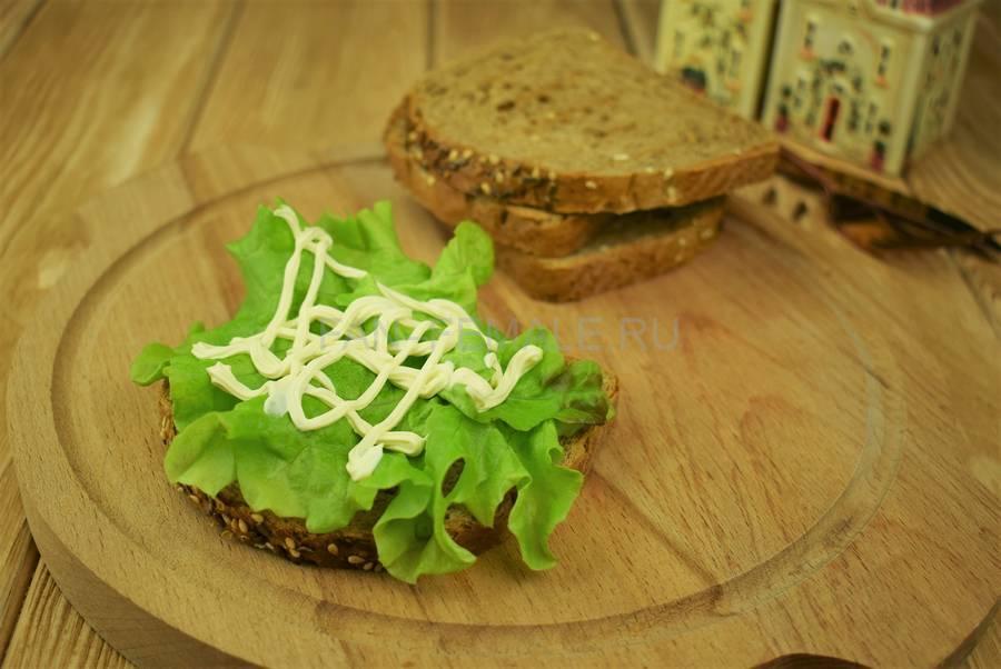 Приготовление сэндвичей из зернового хлеба с тунцом, черри, салатом, майонезом шаг 3