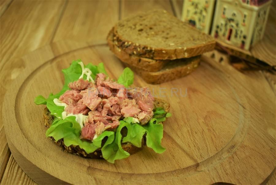 Приготовление сэндвичей из зернового хлеба с тунцом, черри, салатом, майонезом шаг 4