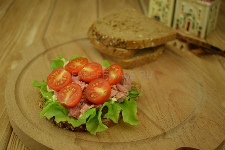 Приготовление сэндвичей из зернового хлеба с тунцом, черри, салатом, майонезом шаг 5