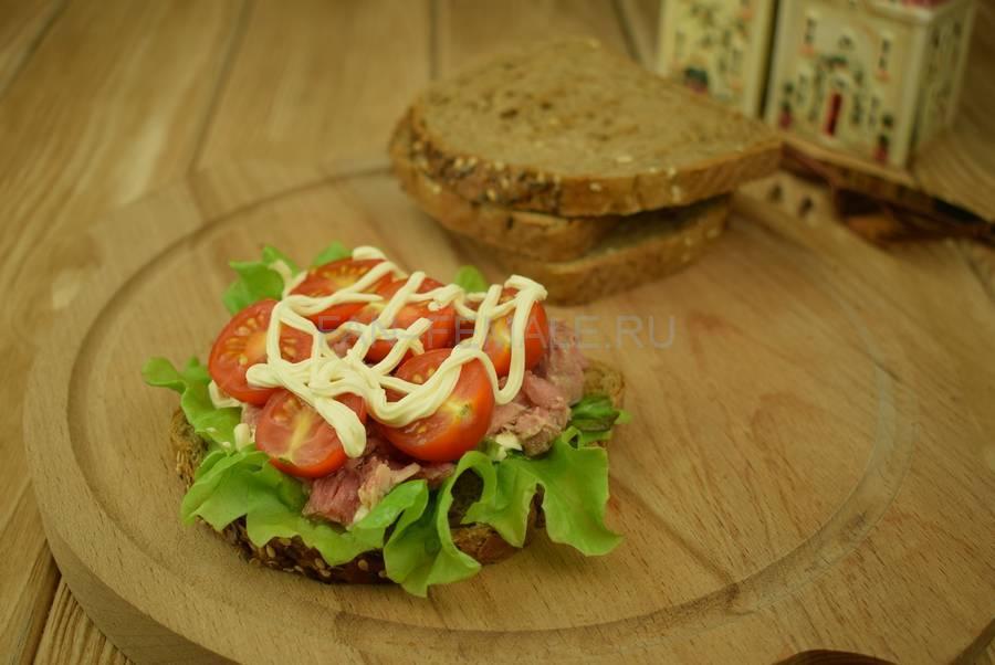 Приготовление сэндвичей из зернового хлеба с тунцом, черри, салатом, майонезом шаг 6