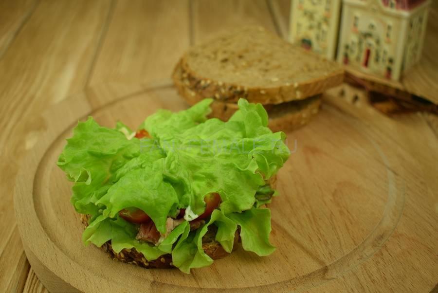 Приготовление сэндвичей из зернового хлеба с тунцом, черри, салатом, майонезом шаг 7