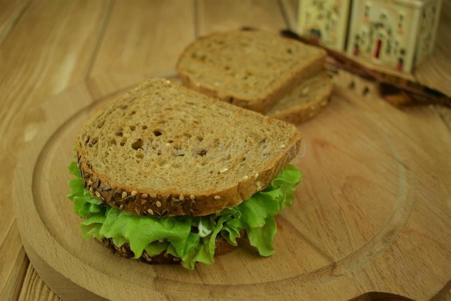 Приготовление сэндвичей из зернового хлеба с тунцом, черри, салатом, майонезом шаг 8