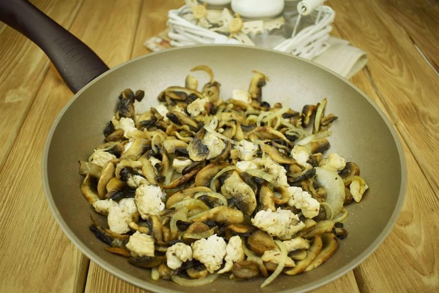 Приготовление шампиньонов с филе индейки, запеченных в сливочном соусе под сыром шаг 4