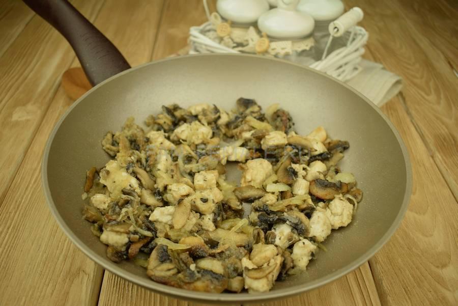 Приготовление шампиньонов с филе индейки, запеченных в сливочном соусе под сыром шаг 5
