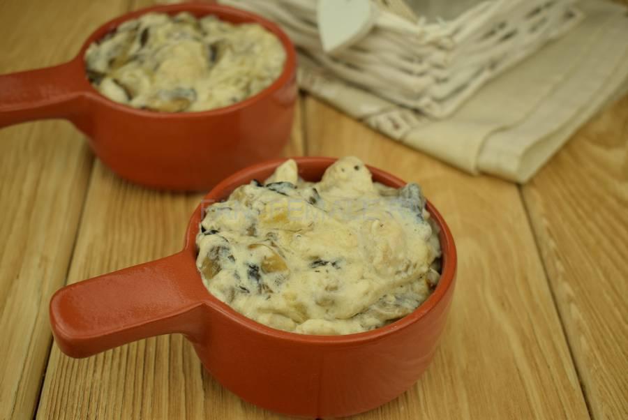 Приготовление шампиньонов с филе индейки, запеченных в сливочном соусе под сыром шаг 7