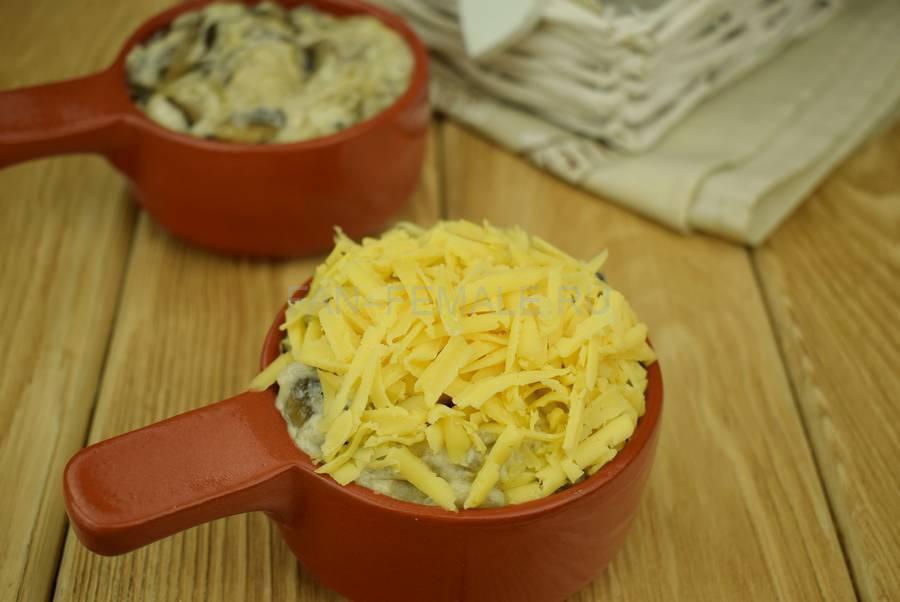 Приготовление шампиньонов с филе индейки, запеченных в сливочном соусе под сыром шаг 8