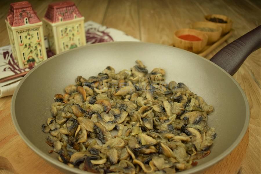 Приготовление шампиньонов, запеченных в сметанном соусе под сыром шаг 4