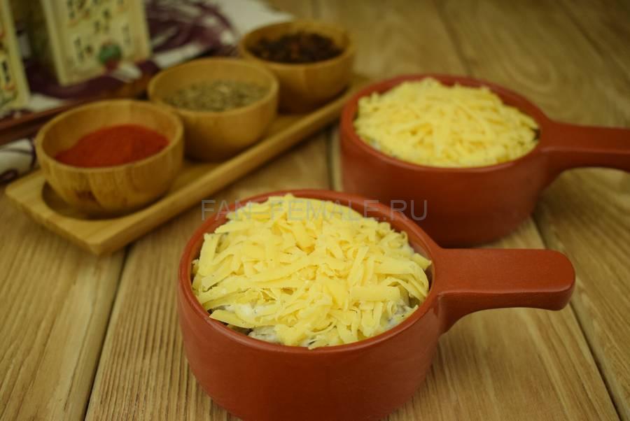 Приготовление шампиньонов, запеченных в сметанном соусе под сыром шаг 7