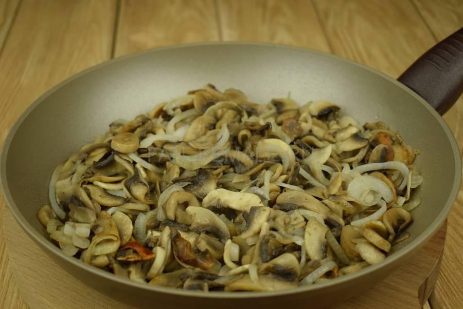 Приготовление слоек с грибами в сливочном соусе шаг 3