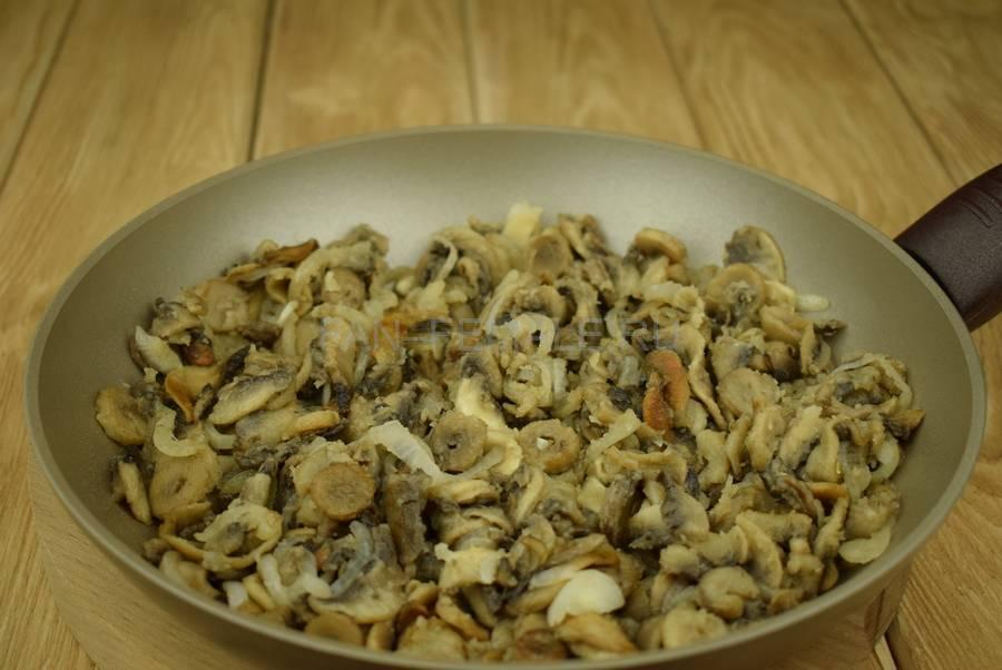 Приготовление слоек с грибами в сливочном соусе шаг 4