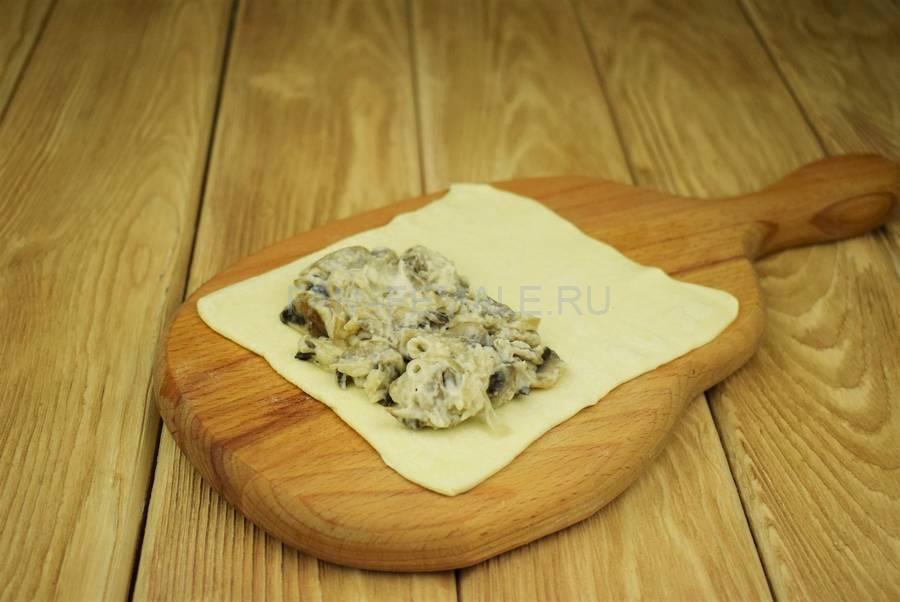 Приготовление слоек с грибами в сливочном соусе шаг 7