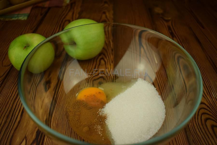 Приготовление яблок в пивном кляре шаг 1