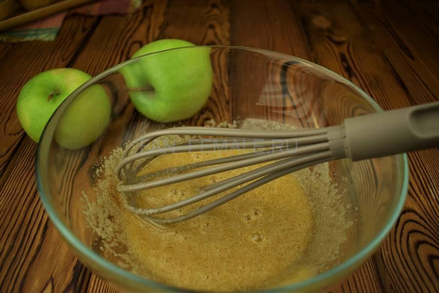 Приготовление яблок в пивном кляре шаг 2