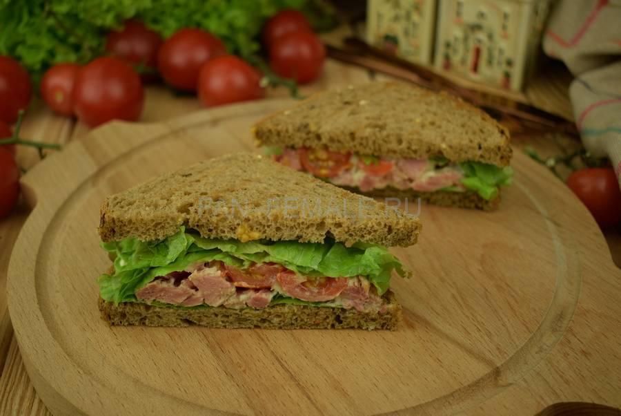 Сэндвичи из зернового хлеба с тунцом, черри, салатом, майонезом