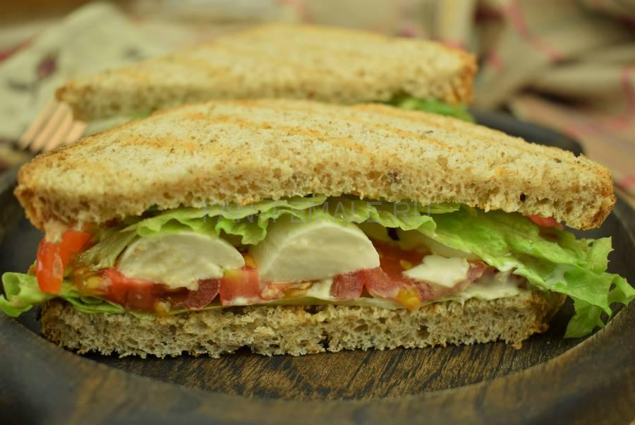 Сэндвичи с черри, моцареллой, салатом, хлеба с отрубями