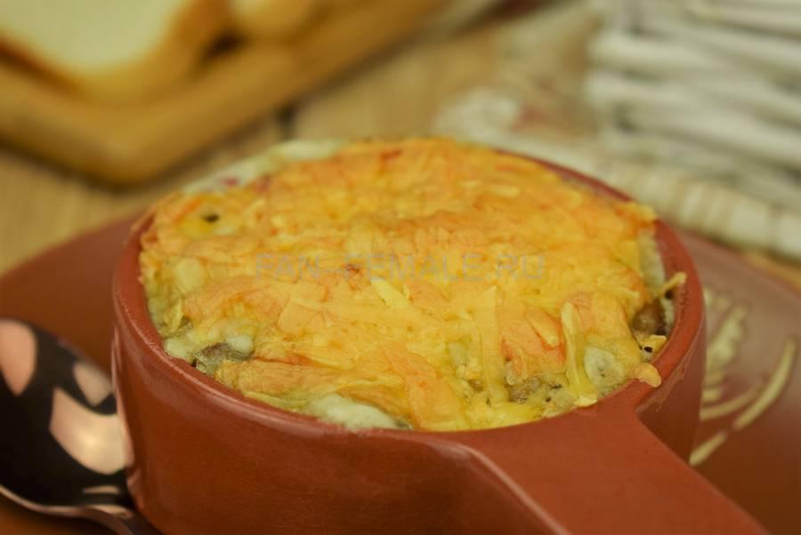 Шампиньоны с филе индейки, запеченные в сливочном соусе под сыром
