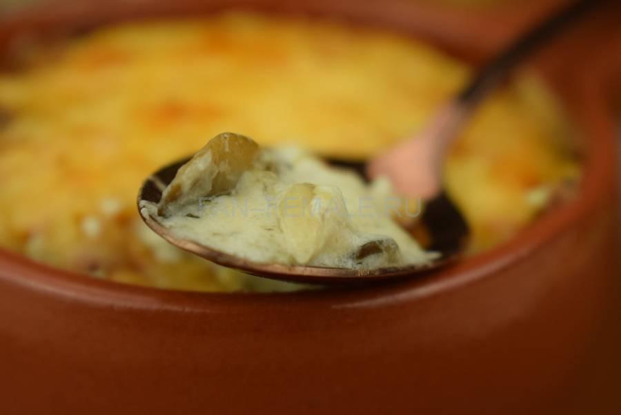 Шампиньоны, запеченные в сметанном соусе под сыром