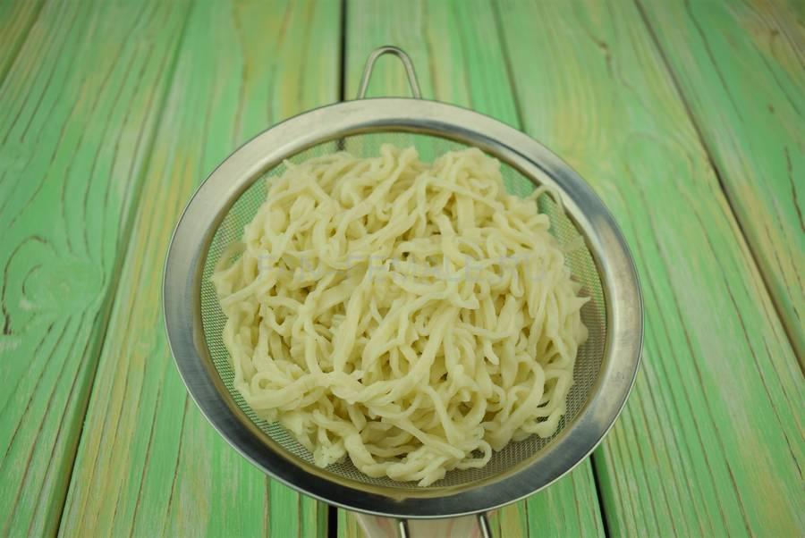 Приготовление домашней лапши с сыром шаг 4