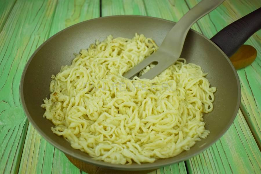 Приготовление домашней лапши с сыром шаг 5