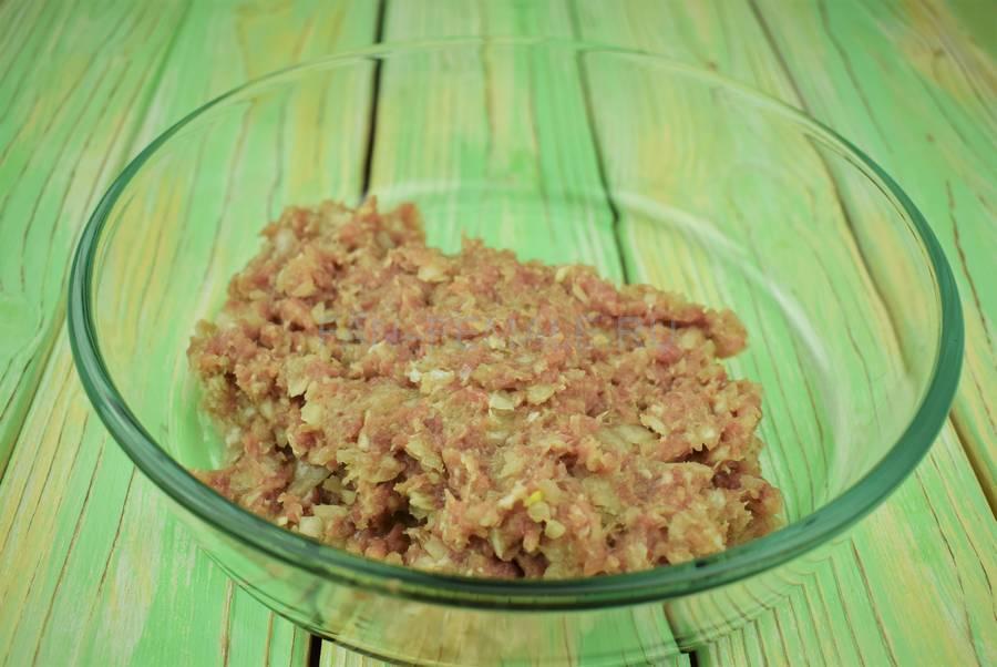 Приготовление классических котлет из свиного и говяжьего фарша с белым хлебом шаг 2