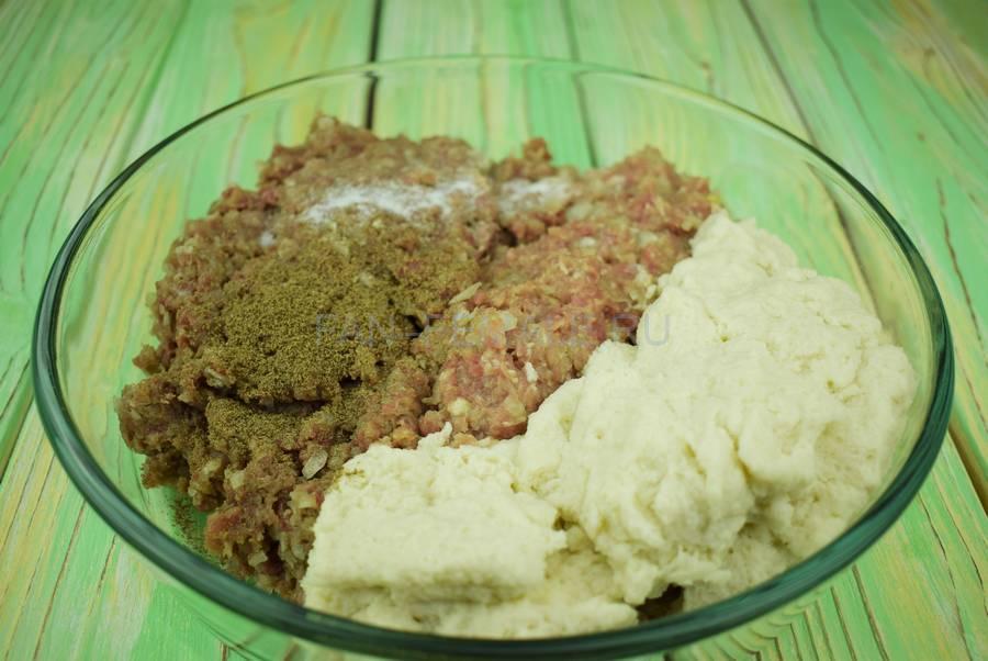 Приготовление классических котлет из свиного и говяжьего фарша с белым хлебом шаг 4