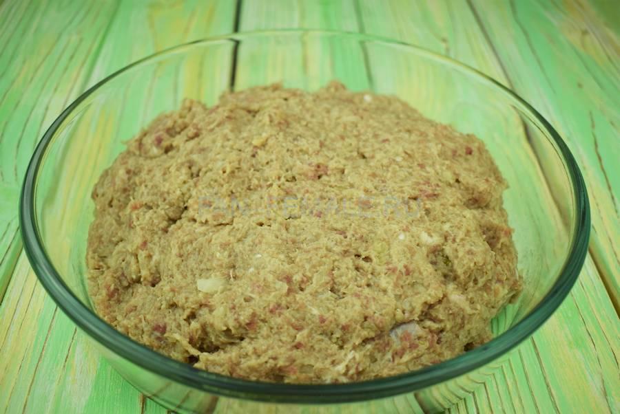 Приготовление классических котлет из свиного и говяжьего фарша с белым хлебом шаг 5