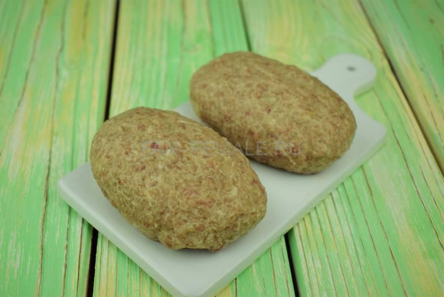 Приготовление классических котлет из свиного и говяжьего фарша с белым хлебом шаг 6