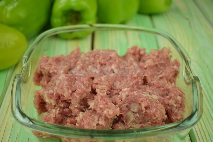 Приготовление перцев, начиненных свиным фаршем с кускусом шаг 1