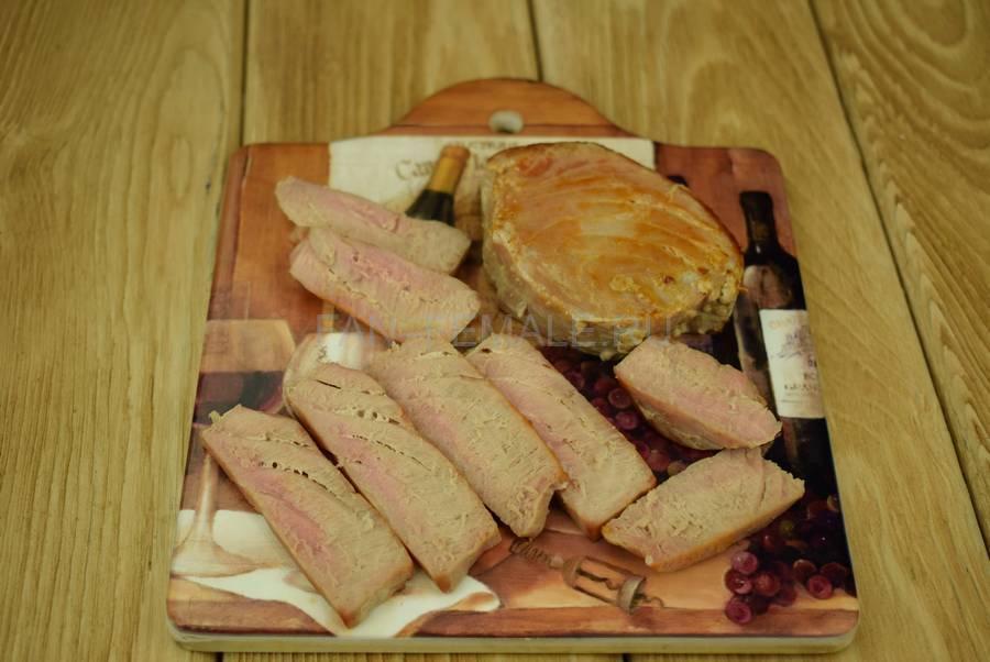Приготовление салата с жареным тунцом, яйцами, черри, кунжутом шаг 1