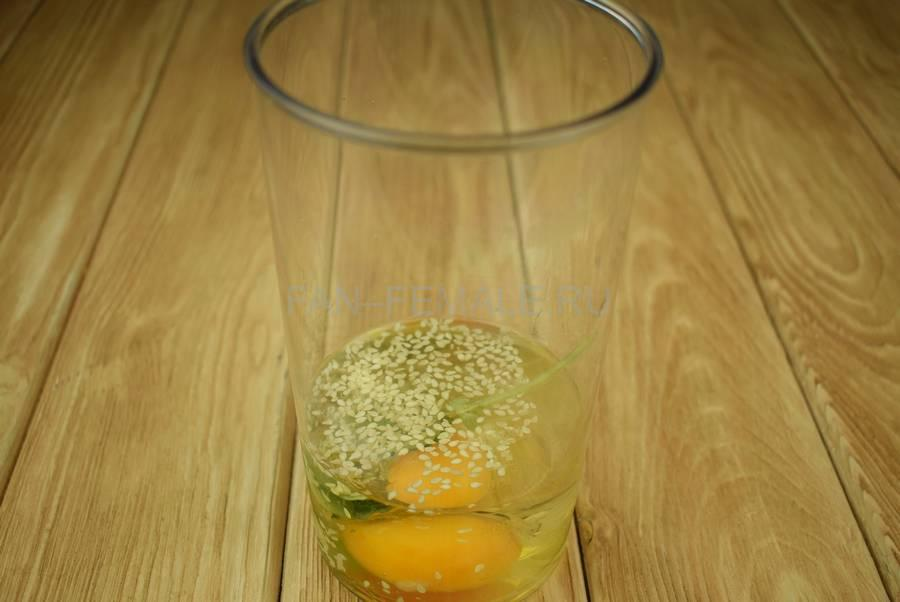 Приготовление салата с жареным тунцом, яйцами, черри, кунжутом шаг 2