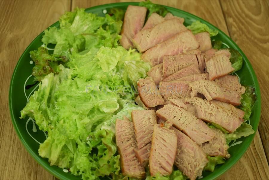 Приготовление салата с жареным тунцом, яйцами, черри, кунжутом шаг 6