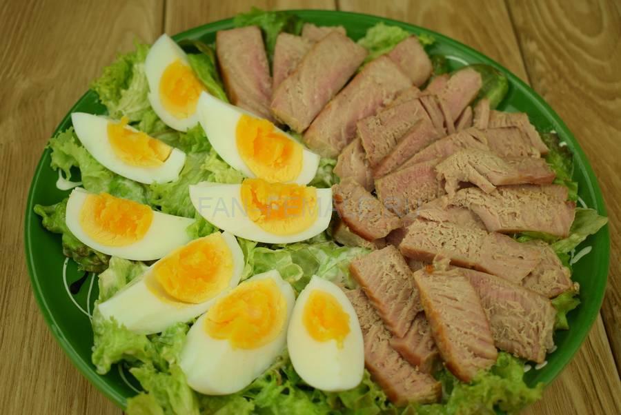 Приготовление салата с жареным тунцом, яйцами, черри, кунжутом шаг 7