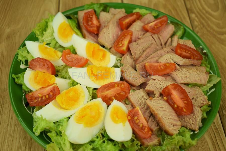 Приготовление салата с жареным тунцом, яйцами, черри, кунжутом шаг 8