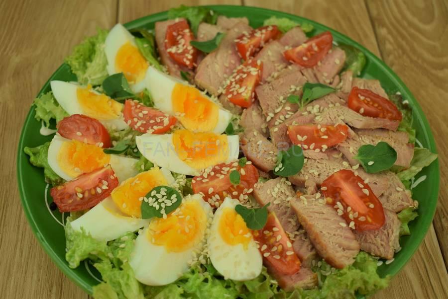 Приготовление салата с жареным тунцом, яйцами, черри, кунжутом шаг 9