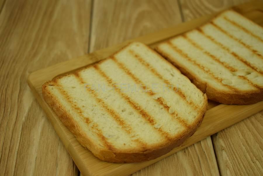 Приготовление сэндвичей из пшеничного хлеба, семги, маскарпоне, салата шаг 1