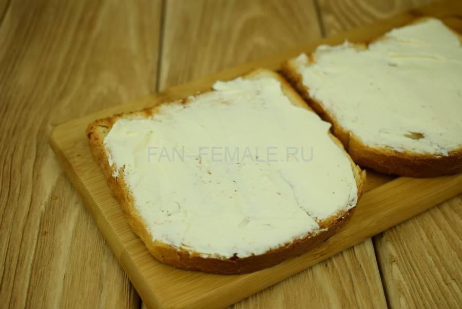 Приготовление сэндвичей из пшеничного хлеба, семги, маскарпоне, салата шаг 2