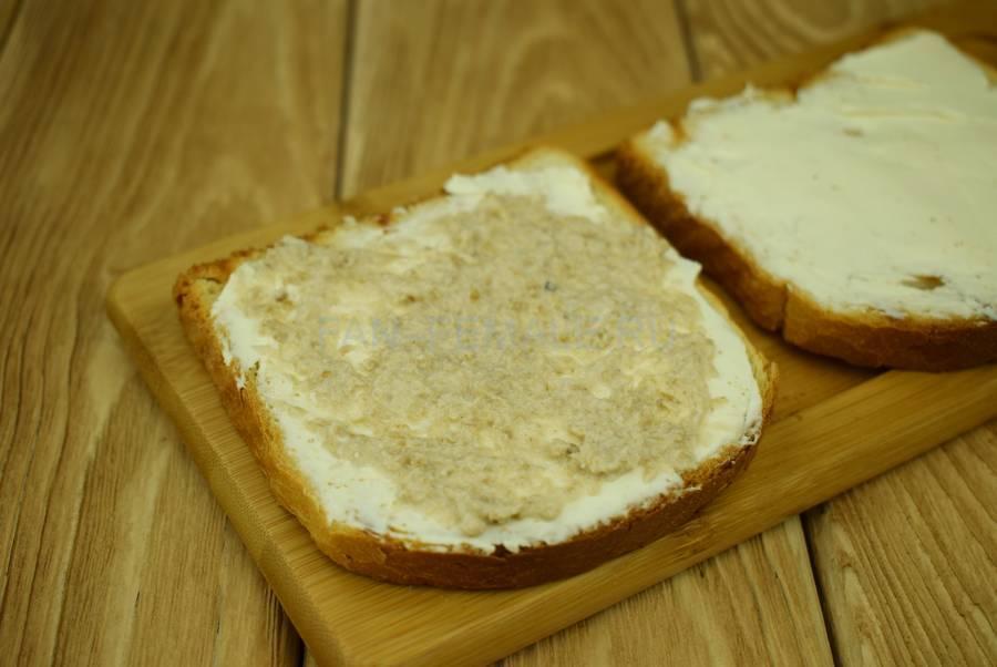 Приготовление сэндвичей из пшеничного хлеба, семги, маскарпоне, салата шаг 3