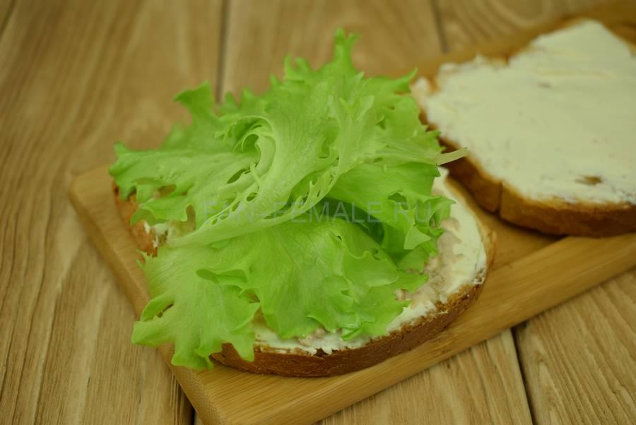Приготовление сэндвичей из пшеничного хлеба, семги, маскарпоне, салата шаг 4