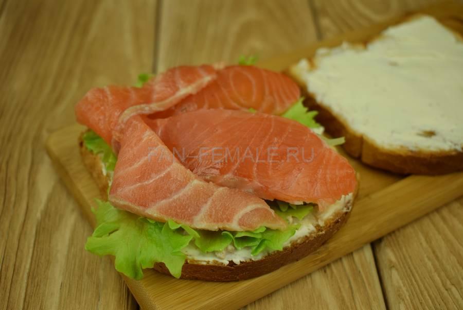Приготовление сэндвичей из пшеничного хлеба, семги, маскарпоне, салата шаг 5