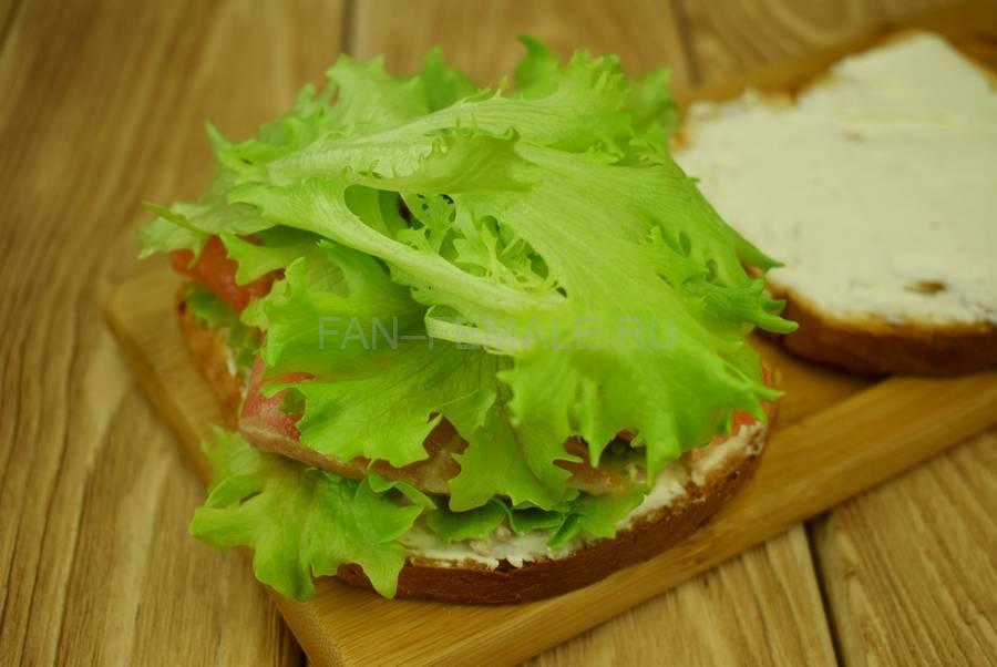 Приготовление сэндвичей из пшеничного хлеба, семги, маскарпоне, салата шаг 6