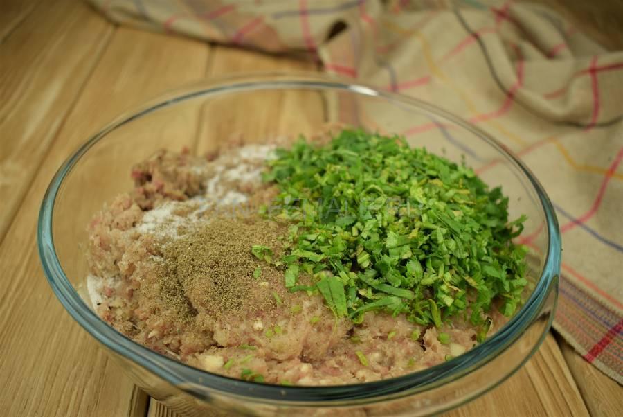 Приготовление слоек с начинкой из говяжьего и свиного фарша с кинзой шаг 3