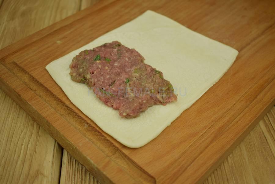 Приготовление слоек с начинкой из говяжьего и свиного фарша с кинзой шаг 6