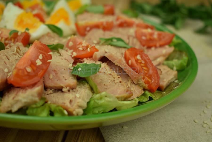 Салат с тунцом, яйцом, черри, кунжутом