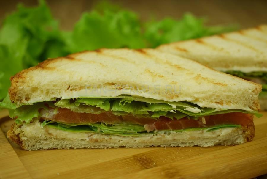 Сэндвичи из пшеничного хлеба с семгой, салатом, маскарпоне, хреном