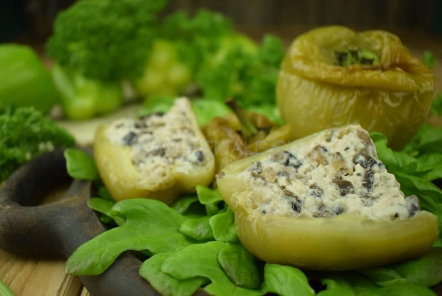 Перцы, фаршированные шампиньонами в сливочном соусе
