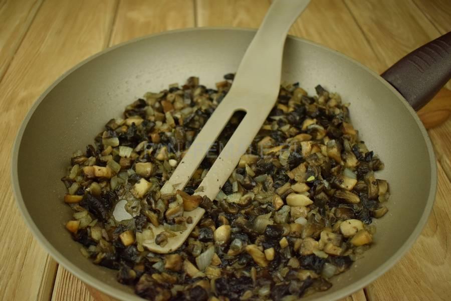 Приготовление перцев, фаршированных шампиньонами в сливочном соусе, шаг 3