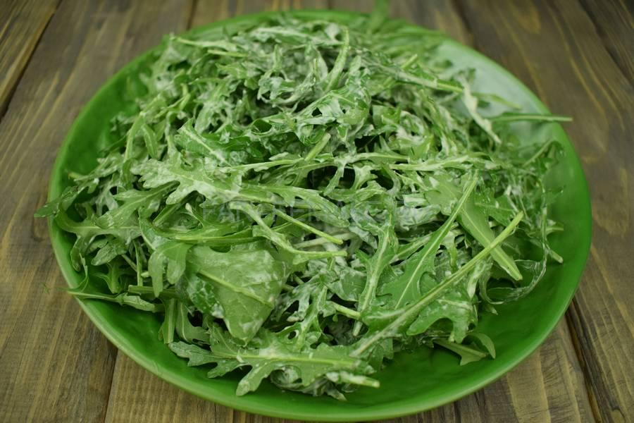 Приготовление салата из руколы, семги, перепелиных яиц и семян льна, шаг 3