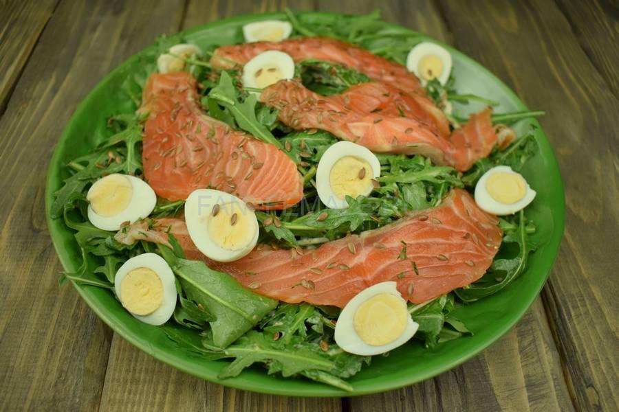 Приготовление салата из руколы, семги, перепелиных яиц и семян льна, шаг 6