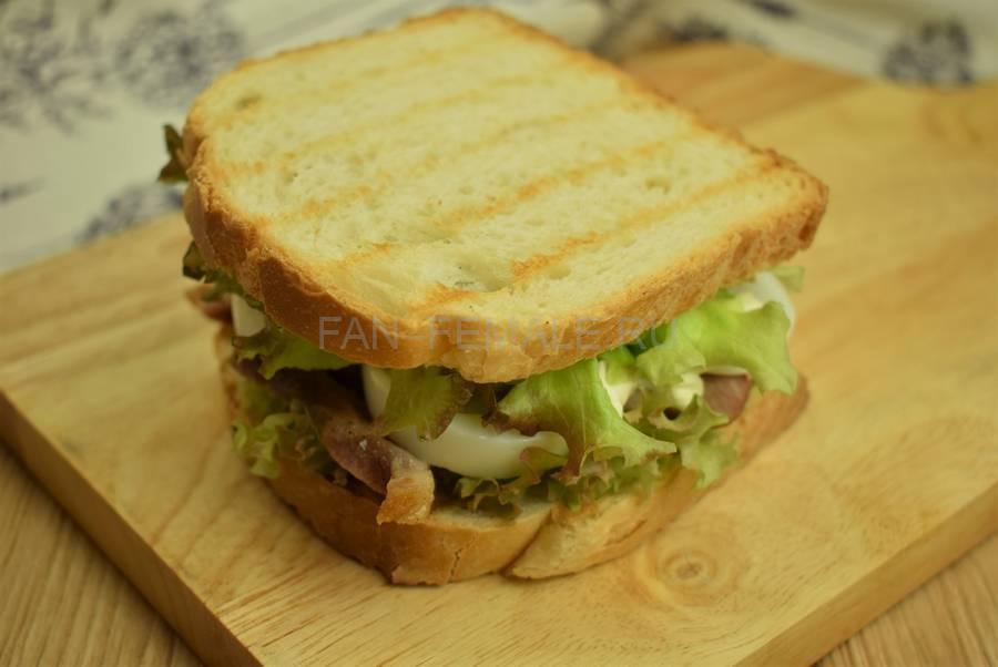 Приготовление сэндвича с жареной свининой, салатом, яйцом, шаг 10